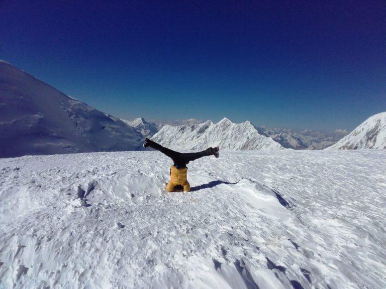 Kopfüber auf knapp 6300m am Pik Razdelna