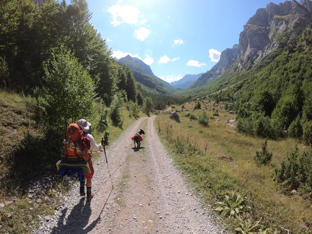 Von Vusanje aus durch das lange Ropojana-Tal zum Jezerca
