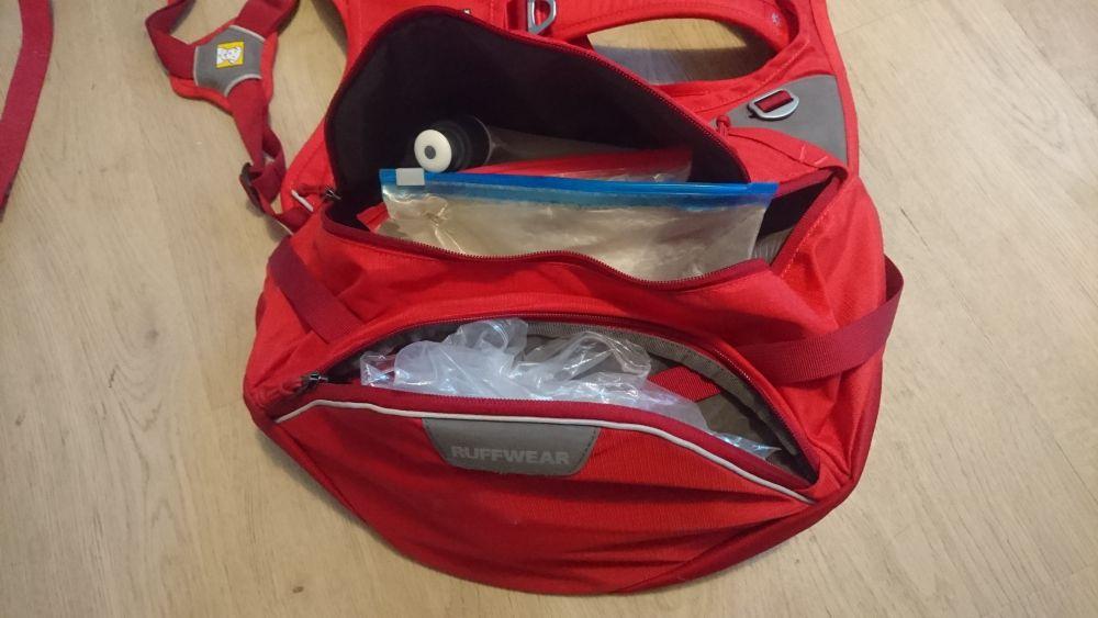 3 Taschen pro Seite (kleine oben verdeckt)