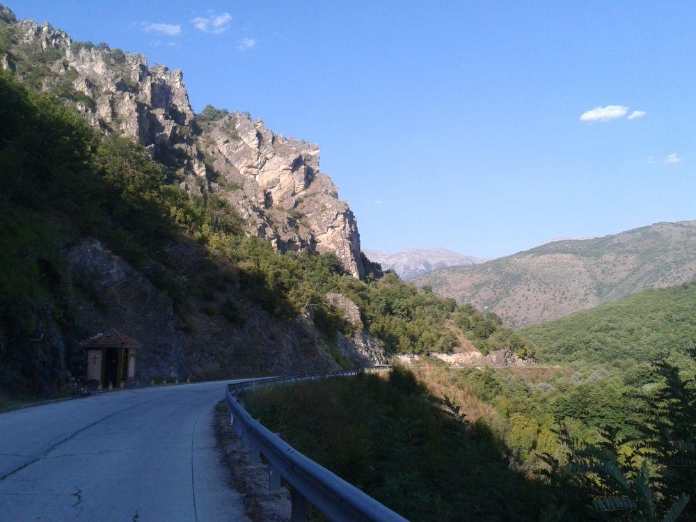 Berge und einsame Straßen in Albanien