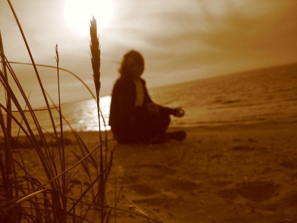 Sonnenuntergang allein am Strand in Schweden