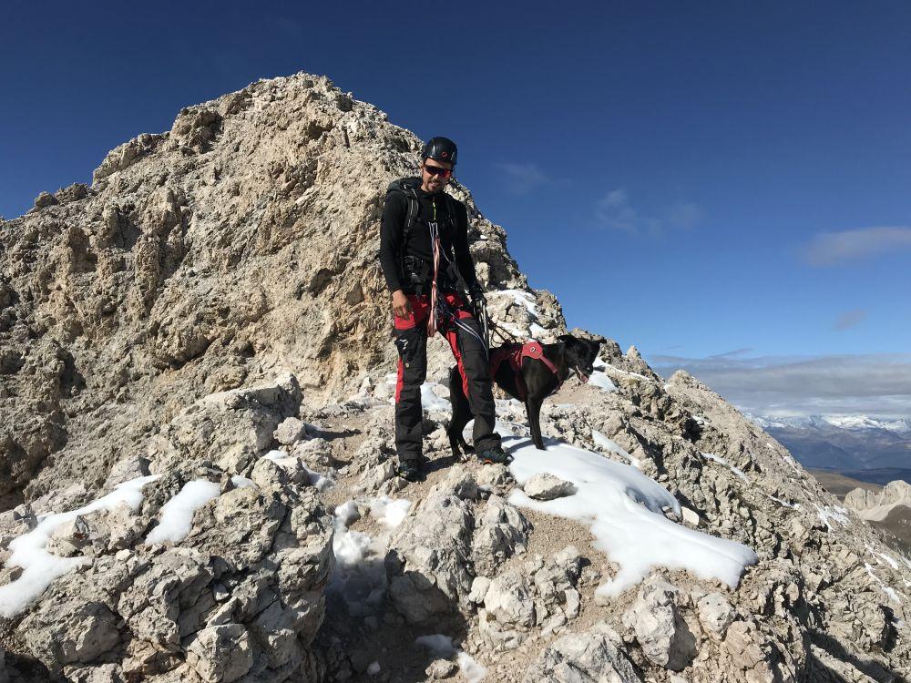 Abstieg vom Gipfel des Sas Rigais nach einem Klettersteig mit Hund