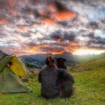 Mit Hund den Sonnenuntergang genießen auf der Via Alpina Schweiz