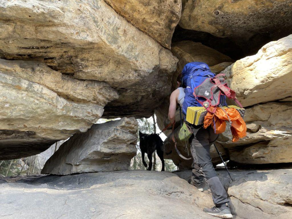 Durch Felslöcher auf Bergpfaden mit Hund